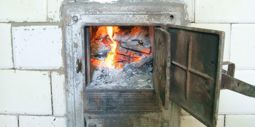 jak palić w piecu kaflowym